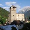 Das Schloss liegt oberhalb von Landeck.