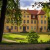 Das Schloss Mirow mit angrenzendem Schlosspark liegt auf einer Insel am See.