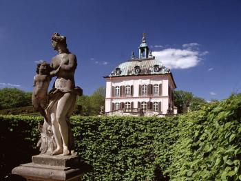 Zum Fasanenschlösschen Moritzburg gehört ein Miniaturhafen mit Leuchtturm.