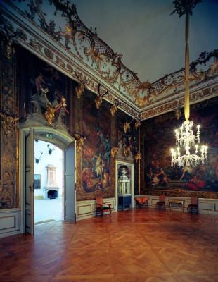 In der Barockausstellung kannst du unter anderem auch diese Ledertapeten betrachten.