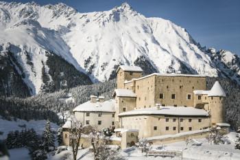 Im Schloss Naudersberg gibt es Ferienwohnungen.