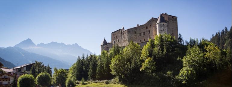 Schloss Naudersberg im Sommer