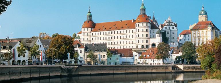 Das Schloss thront weithin sichtbar auf einem Jurafelssporn in der Altstadt.
