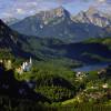 Am Rande der nördlichen Alpen liegt das Schloss Neuschwanstein in der Nähe von Hohenschwangau.