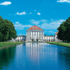 Blick durch den Schlosspark auf Schloss Nymphenburg
