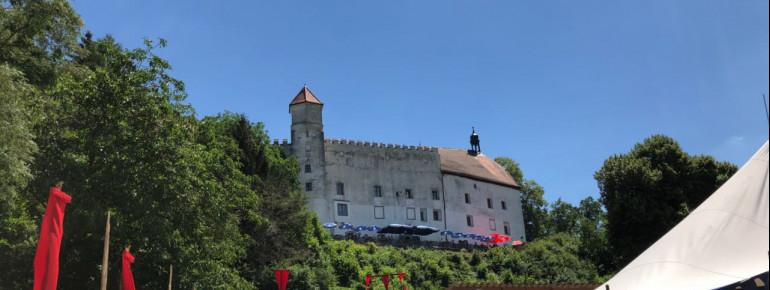 Blick auf Schloss Ortenburg während der Ortenburger Ritterspiele