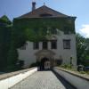 Durch den Torbogen geht's in den Innenhof des Schlosses.