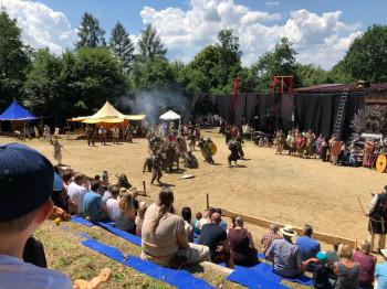 Gebannt beobachten die Besucher das Turnier bei den Ortenburger Ritterspielen