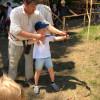 Bei den Ortenburger Ritterspielen können große und kleine Besucher selbst aktiv werden, beispielsweise beim Bogenschießen.
