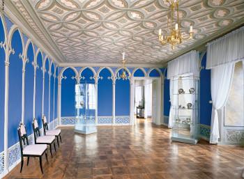 Die Wohnräume weisen farbeige Wandmalerien auf.