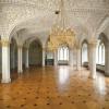 Der Marmorsaal ist mit hochwertigem Parkettboden und einer imposanten Decke ausgestattet.