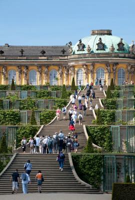 Die prächtige Treppe hoch zum Schloss Sanssouci