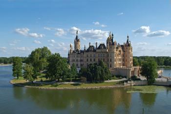 Das Schloss Schwerin liegt auf einer kleinen Insel im Schweriner See.
