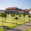 Der Schlosspark mit seinen Orangerien erinnert eher an eher an Gärten italienischer Villen oder holländischer Anlagen.