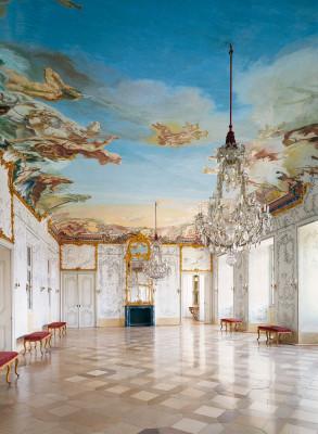 """Den """"Weiße Saal"""" ziert ein Deckengemälde von Giuseppe Appiani."""