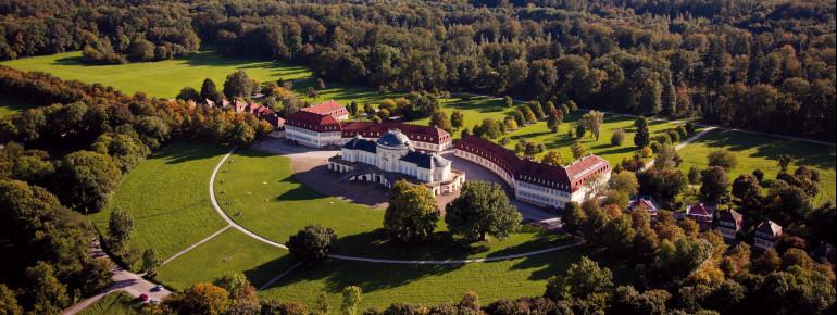 Das Schloss Solitude nahe Stuttgart mit dem Schlossgarten aus der Vogelperspektive.