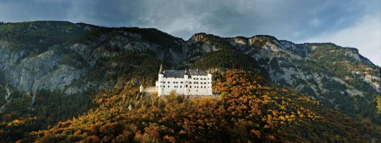 Das Schloss liegt auf einen Felsrücken zwischen Jenbach und Schwaz.