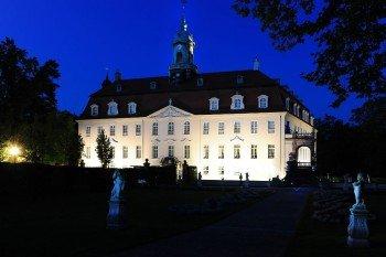 Das Schloss Lichtenwalde im Freistaat Sachsen wird abends beleuchtet. Es ist ein beliebtes Ausflugsziel in der Region.