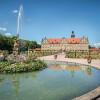 Schlossgarten mit dem prunkvollen Renaissanceschloss im Hintergrund
