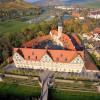 Aus der Luft sieht man den erstaunlichen Grundriss von Weikersheim: Das Schloss ist dreieckig.
