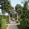 Die Schlossanlage ist bekannt für ihren Rokokogarten.