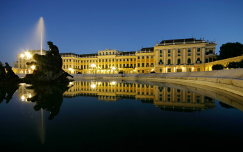 Schloss Schönbrunn bei Nacht.