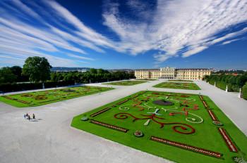 Großes Parterre mit Blick auf Schloss Schönbrunn.