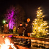 Bei Glühwein kannst du am wärmenden Feuer den musikalischen Klängen lauschen.