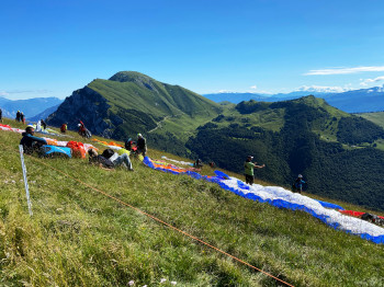 Bei passendem Wetter sind auf dem Monte Baldo jede Menge Gleitschirmflieger unterwegs.