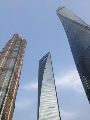 Der Shanghai Tower ist teil eines architektonischen Ensembles aus drei Wolkenkratzern.