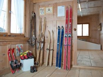 Die ersten Skiexponate, die ausgestellt werden, stammen aus dem Jahr 1895.