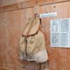 Neben den Brettern selbst werden auch weitere Utensilien, die zum Wintersport benutzt wurden, ausgestellt.