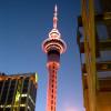 Nachts erstrahlt der Turm in unterschiedlichen Farben.