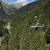 Ein Highlight im Sommer wie im Winter - 50m über dem Boden hängend können Besucher an einem Drahtseil über eine Strecke von 2km ins Tal gleiten.