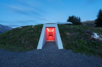 Ein 15 Meter langer Tunnel führt in das Kunstwerk.