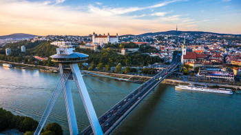 Die SNP Brücke mit ihrem charakteristischen UFO-Restaurant ist eines der Wahrzeichen Bratislavas.