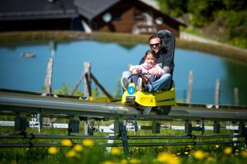 Kinder unter 8 Jahren fahren in Begleitung eines Erwachsenen.