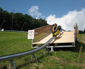 """Mit dem """"Erlebnis-Jump"""" über die Holzbrücke macht die Abfahrt noch mehr Spaß."""