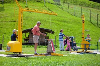 Der Spielpark, der sich direkt an der Talstation des 4er Sessellifts befindet, bietet viele Attraktionen. Hier können sich Groß und Klein am Baukran ausprobieren oder das Tiergehege besichtigen.