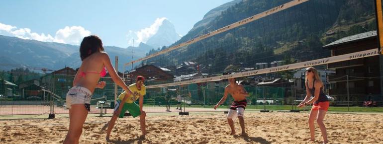 Beachvolleyball mit Blick aufs Matterhorn