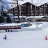 Beim Eislaufen im Winter hat die ganze Familie Spaß