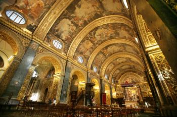 Das prunkvolle Innere steht im Kontrast zur schlichten Fassade.