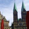 Der Dom befindet sich am Marktplatz in Bremen neben dem historischen Rathaus.