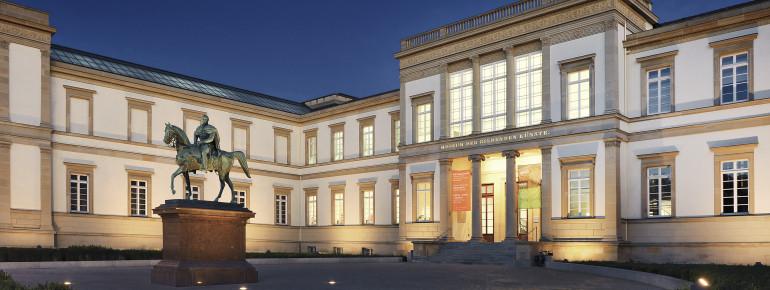 Der historische Altbau der Staatsgalerie Stuttgart bei Nacht.