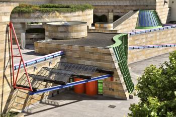 Besonders markant ist von außen der futuristische Stirling-Bau.