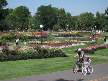 Der Park in seiner vollen Blütenpracht im Sommer. Die Wege laden zu entspannten Radtouren ein.