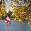 Eine Vielzahl an Aktivitäten wartet im Park auf dich, wie beispielsweise eine Bootsfahrt auf einem der beiden Seen im Park.