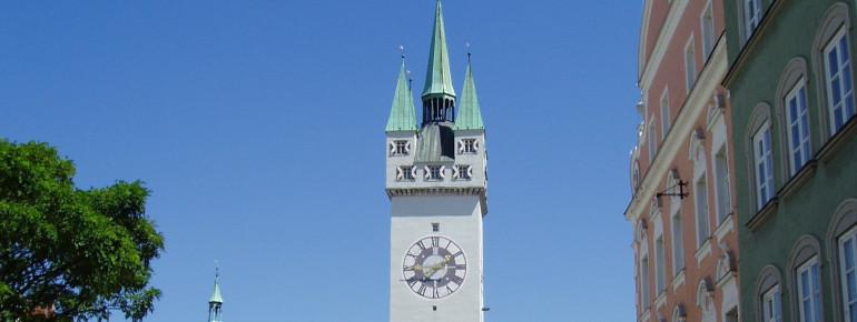 Blick auf den Stadtturm von Straubing.