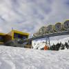 Die neue Bergstation liegt mitten im Ort am Skigebiet Stoos.