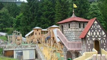Auf dem Abenteuerspielplatz können sich Kinder auf Rutschen, Kreiseln, Schaukeln und vielem mehr austoben.